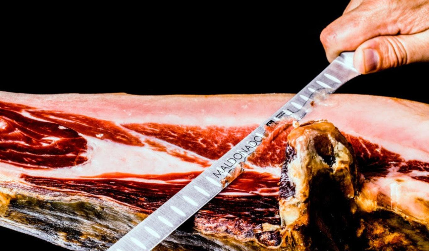 Ana Cerezo Pernilea distribuidora para el Principat d Andorra La chismosa de Oro reconoce al mejor jamón de bellota o terminado en montanera y certificados con el privilegio de la Denominación de alcurnia Dehesa de Extremadura
